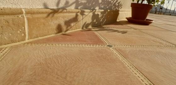 A lépcső és a terasz burkolása egyedi és dekoratív öntött térkövekkel