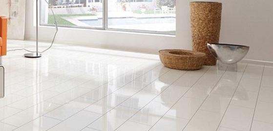 Elegancia és légies fényesség Supergloss fehér padlóval