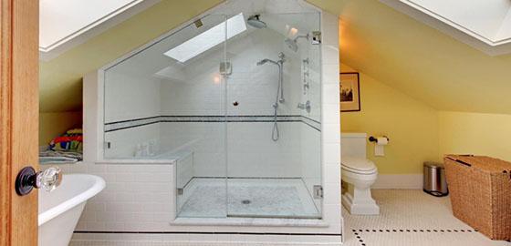 Fürdőszoba a tetőtérben, nagy ötletek, kis helyeken