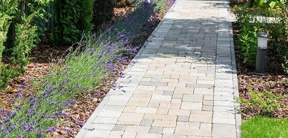 Gyönyörű kerti utak – egyedi térkövekből