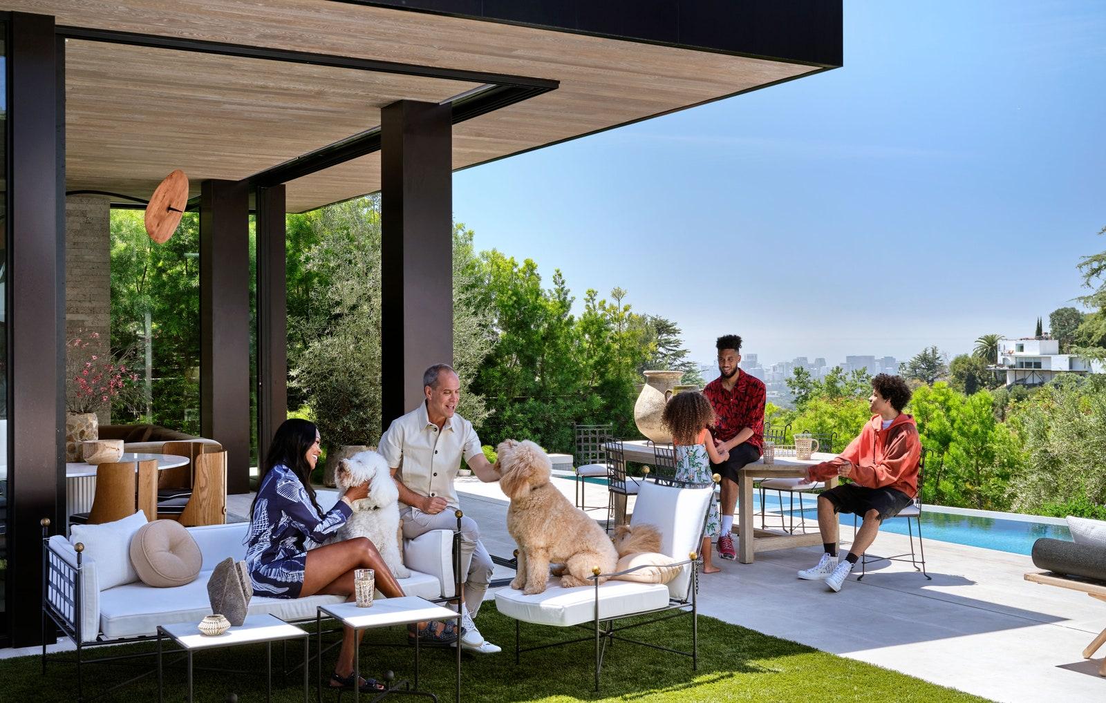 Álomszép design és cuki kutyák a barátságos medencés Los Angeles-i családi házban!