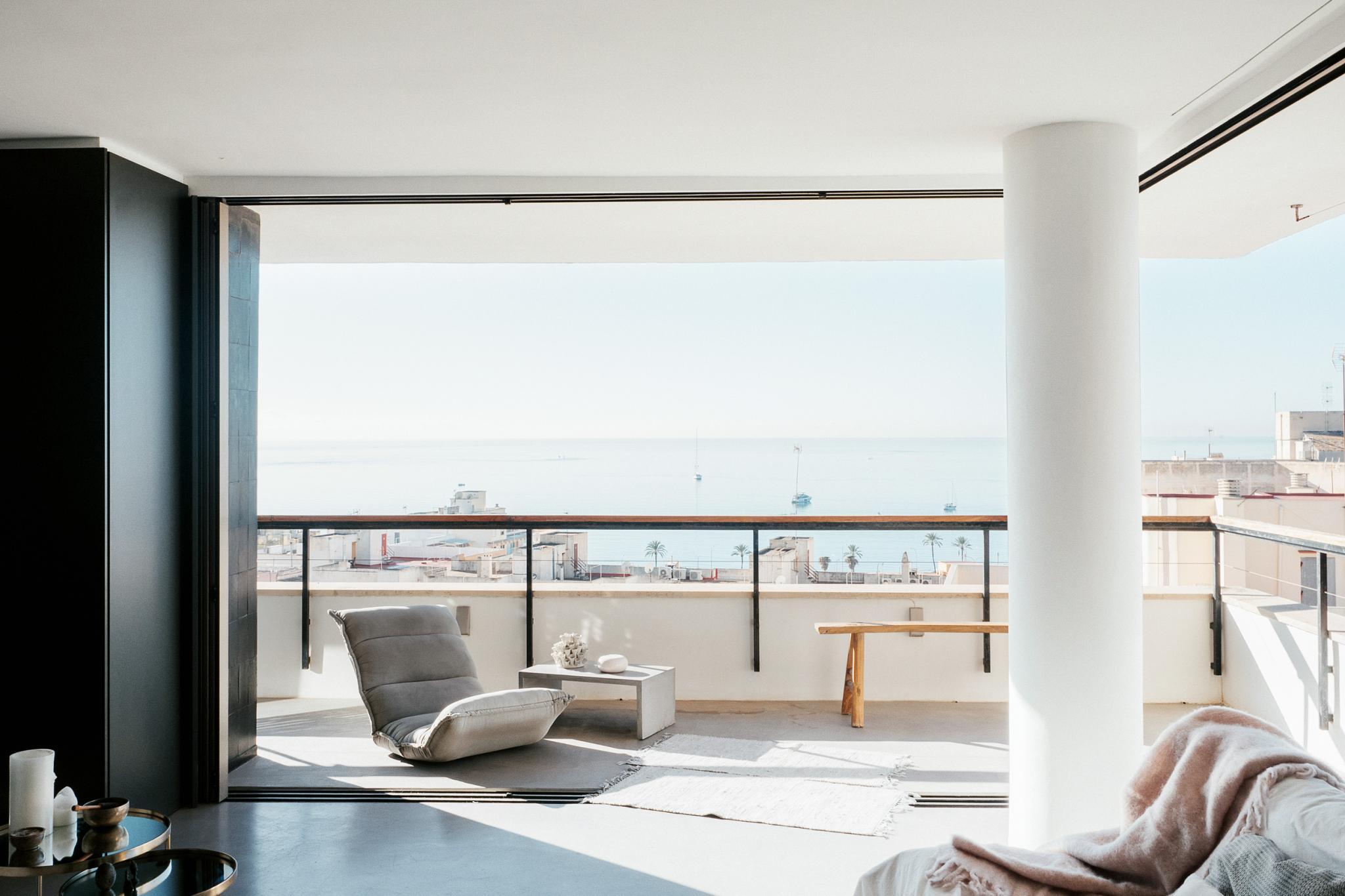 Nyaralás a képernyő előtt: gyönyörű minimalista álomlakás Mallorca szívében!