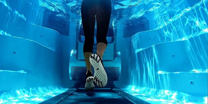 Egy medence, amiben az úszás mellett maratont is futhatsz