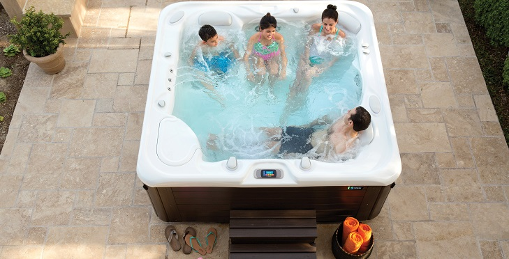 Nem tudod, milyen medencét vegyél sokemberes használatra? Segítünk dönteni!