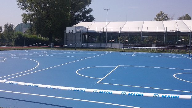 Egy modern, a gyermekek és pályákat sportcélból használók egészségét védő sportfelület