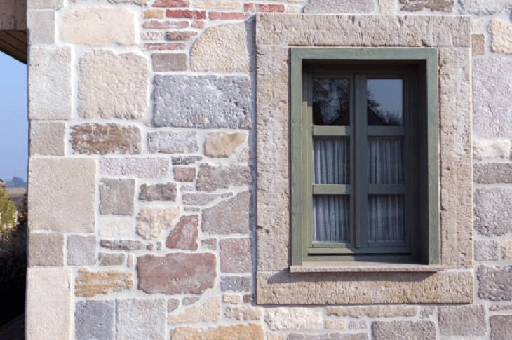 Impozáns ablakkeretek kőből