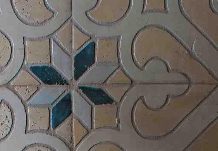Színes kőmozaikok, mintás burkolati megoldások falra, padlóra